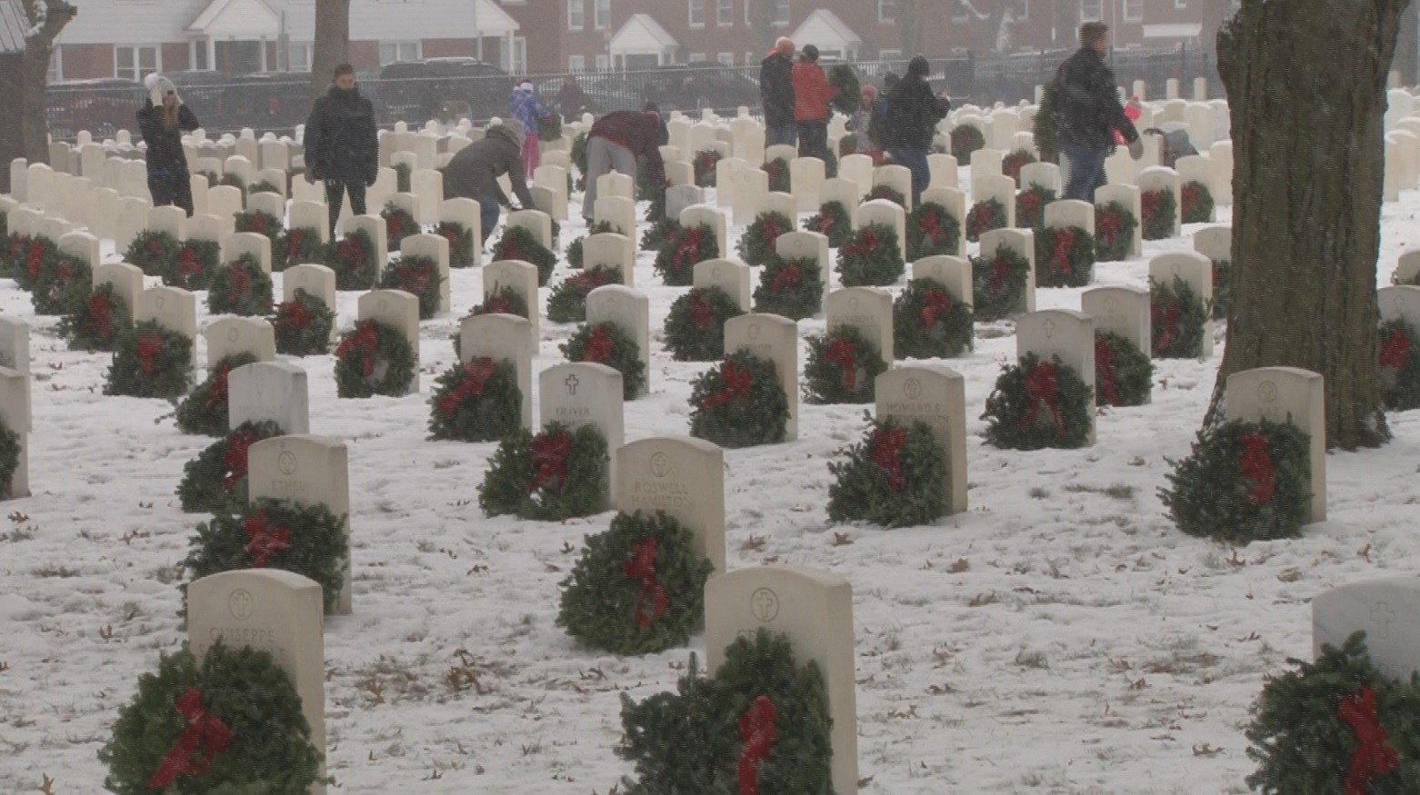 Volunteers place wreaths at Arlington National Cemetery